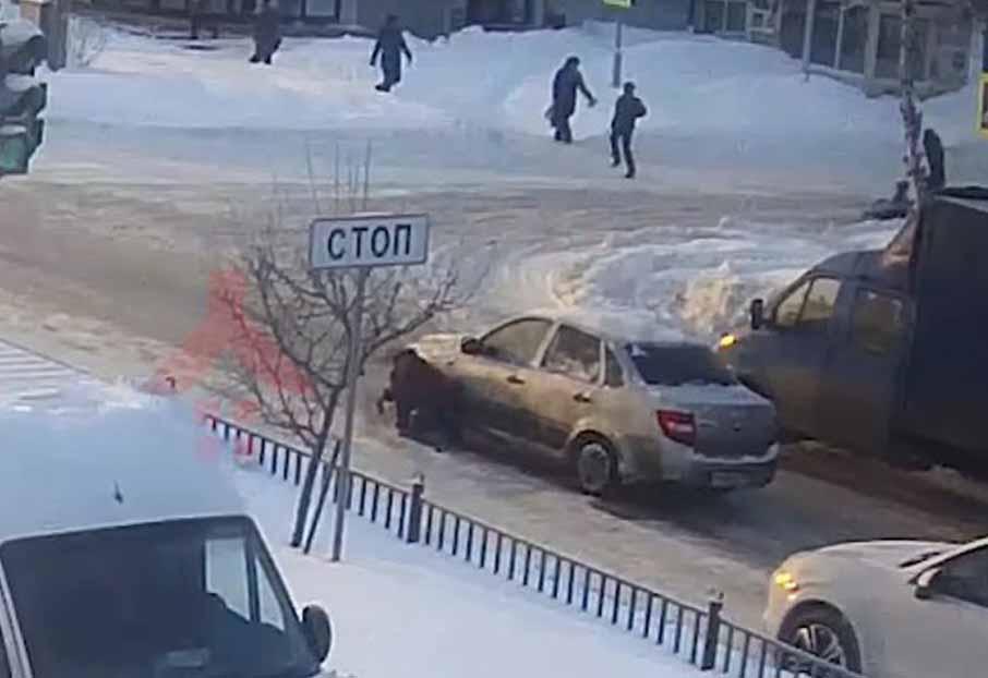 ВЯрославле лишили прав водителя, проехавшего поупавшей напереходе женщине