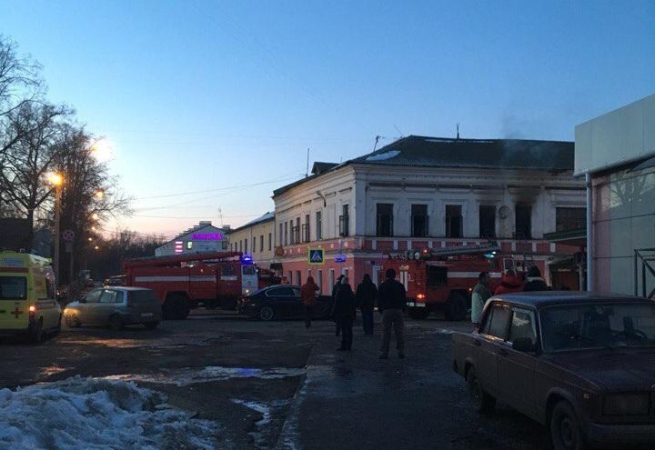 ВЯрославле загорелось строение над продуктовым магазином