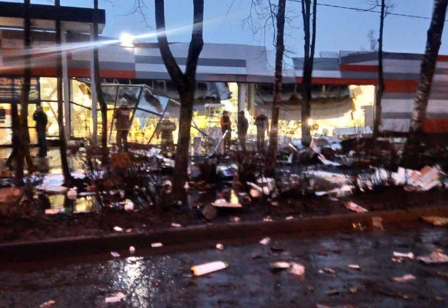 «Быстро, выходите все!»: вРыбинске мощнейший циклон целиком снес крышу супермаркета